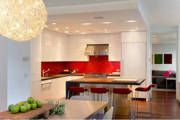 Không gian bếp đẹp với sự kết hợp đỏ và trắng