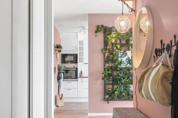 Căn hộ nổi bật với những bức tường hồng