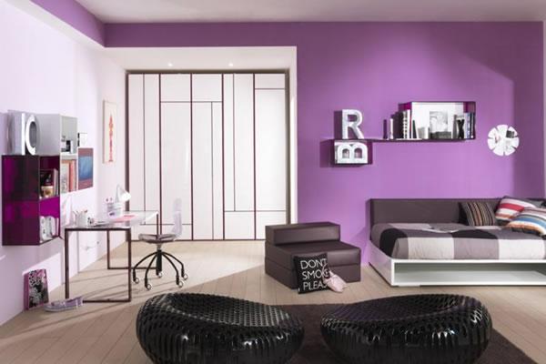 Không gian nhà nổi bật với mảng tường màu tím