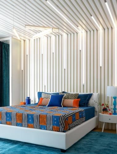 Phòng ngủ ấn tượng với ga và gối màu sắc độc đáo