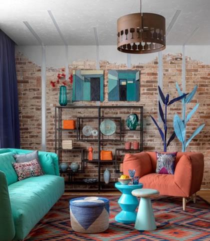 Phòng khách thiết kế với các vật dụng có màu sắc bắt mắt
