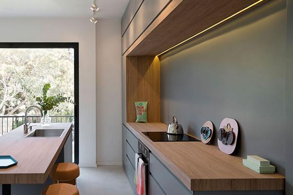 Phòng bếp thanh lịch với nội thất gỗ nâu kết hợp với tường xám