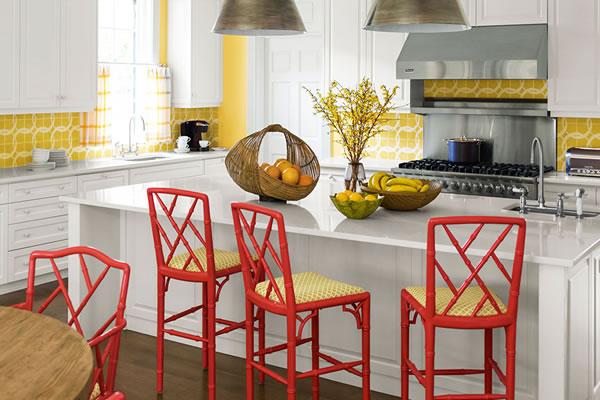 Sử dụng màu vàng và đỏ để làm điểm nhấn ấn tượng cho căn phòng