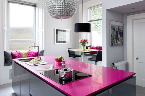 Không gian bếp độc đáo với hai tông màu hồng và đen