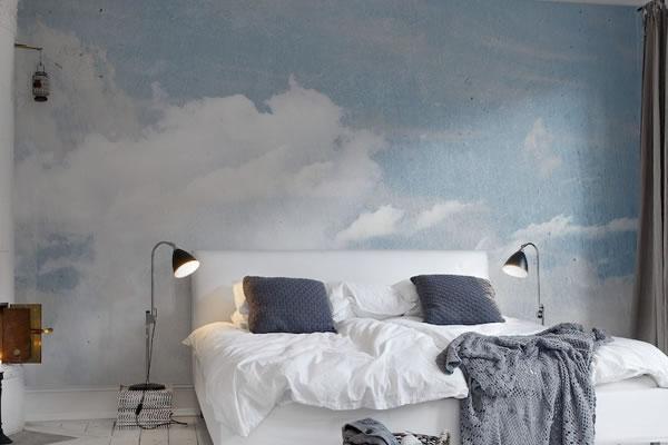 Phòng ngủ với bức tường sơn những đám mây bồng bềnh