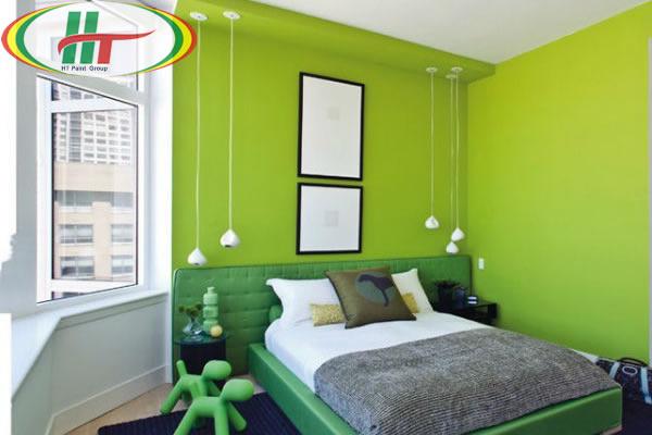 Phòng ngủ với bức tường sơn màu xanh lá cây