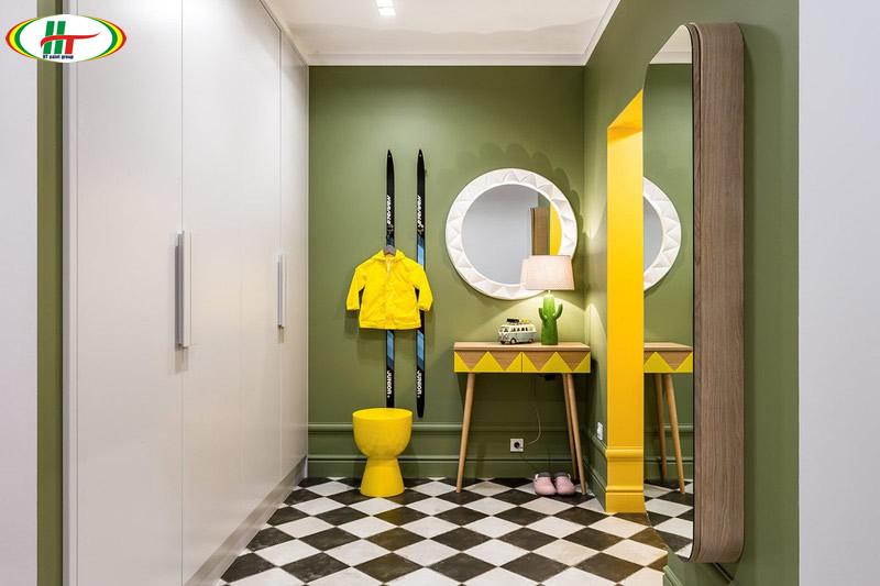 Kết hợp nội thất và mảng sơn tường màu xanh và vàng lạ mắt
